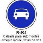 Señal R-404 calzada para automoviles excepto motocicletas de dos ruedas sin sidecar