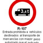 Señal R-107 entrada prohibida a vehiculos destinados al transporte de mercancias con mayor peso autorizado que el indicado