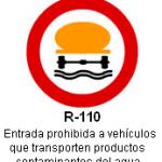 Señal R-110 entrada prohibida a vehiculos que transporten productos conteminantes del agua